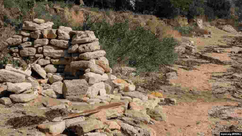 Отдыхающие сложили обломки камней от подпорной стенки для защиты от ветра