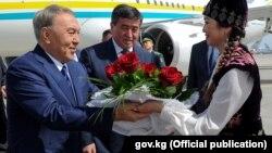 Президент Казахстана Нурсултан Назарбаев по прибытии в Бишкек