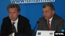 Ганс Райн, представник Європейської комісії в Україні та Войтек Млодзеєвський, керівник проекту «Програма підтримки вугільного сектору» під час прес-конференції у Києві, 13 липня 2009 р.
