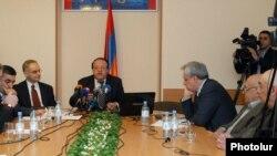 Члены единого штаба в ходе обсуждения, апрель 2012 г.