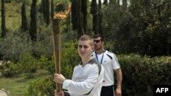 Ұлыбритания боксшысы Александрос Лукас Афинада тұтанған Лондон олимпиадасының алауын ұстап тұр. Грекия, 10 мамыр 2012 жыл.