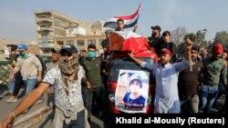 در اعتراضات عراق که چند ماه است ادامه دارد، حداقل ۴۵۰ نفر کشته شدهاند و مردم خواهان تغییرات اساسی در حاکمیت کشور، مبارزه با فساد دولتی و قطع نفوذ جمهوری اسلامی ایران هستند.
