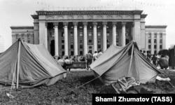 Қазақстан парламенті алдында наразылық акциясын өткізіп жатқан оппозициялық партиялар тіккен палатка. Алматы, 1992 жыл.