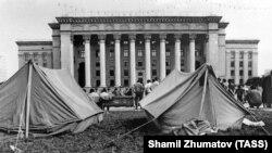 Палаточный городок оппозиционных партий у Дома правительства. Алматы, 1992 год.