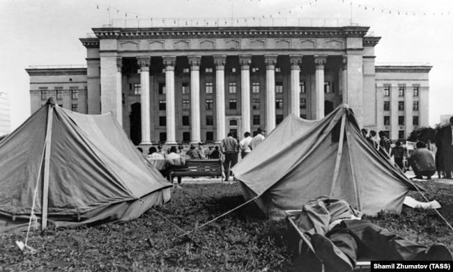 Палаточный городок оппозиционных партий у Дома правительства в Алма-Ате в 1992 году