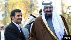 شیخ حمد بن خلیفه آل ثانی (راست) امیر قطر روز دوشنبه مورد استقبال محمود احمدی نژاد، رییس جمهور اسلامی ایران، قرار گرفت.
