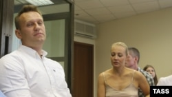 Aleksei Navalny dhe bashkëshortja e tij Julia gjatë dëgjimit të sotëm në një gjykatë në Moskë