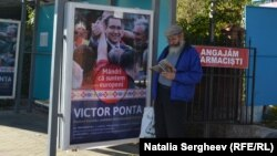 Publicitate electorală cu Victor Ponta într-o staţie de autobuz la Chişinău