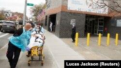 ԱՄՆ - Բուժաշխատողները հիվանդանոցի տարածքում տեղափոխում են կորոնավիրուսով վարակվածին, Նյու Յորք, ապրիլ, 2020թ.
