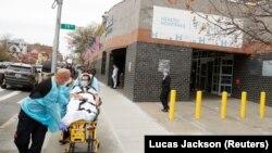 آرشیف، کارمندان صحی در نیویارک یک فرد مبتلا به ویروس کرونا را به شفاخانه انتقال میدهند.