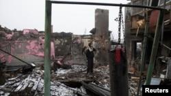 Житель Донецка на развалинах своего дома, расположенного недалеко от аэропорта имени Прокофьева. 1 марта 2015 года.