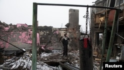 Donetsk aeroportu yaxınlığında evi dağıdılmış kişi