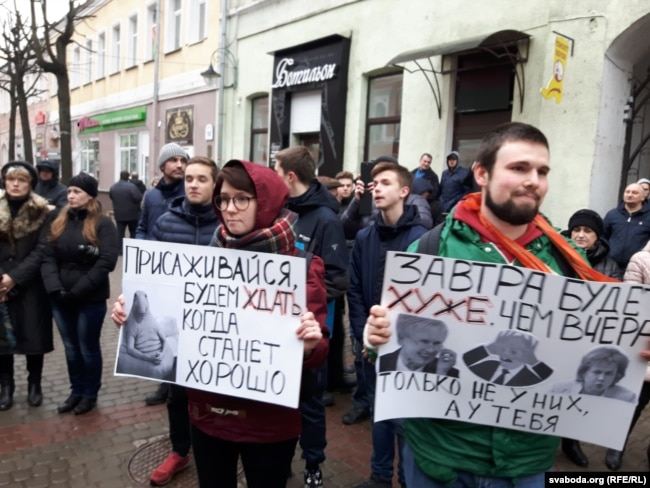 Затрыманыя за плякаты Канстанцін Чарноў і Алена Кісель