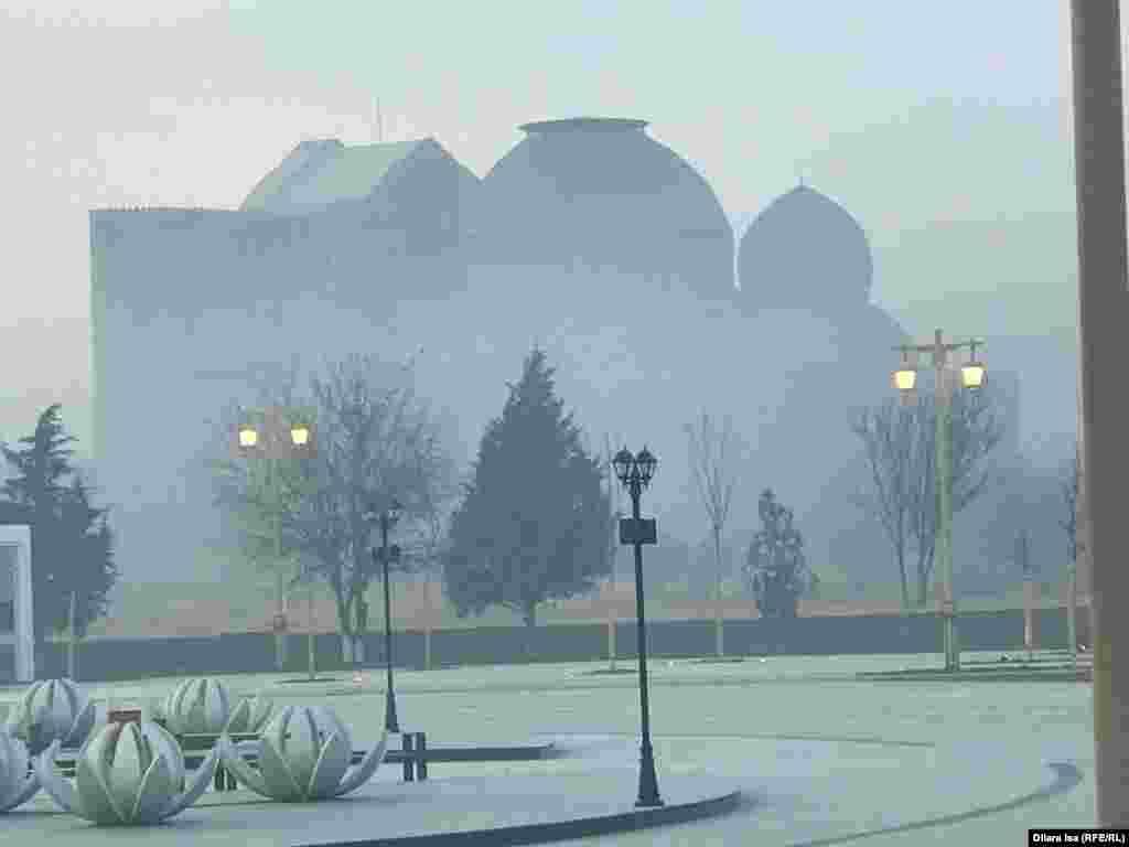 Туркестан утром. Контуры мавзолея Ходжи Ахмета Яссауи с трудом просматриваются сквозь пелену дыма. На газификацию Туркестана, по информации местных властей, выделено из бюджета 20 миллиардов тенге (более 50 миллионов долларов). Магистральная труба подведена, но город еще не газифицирован.