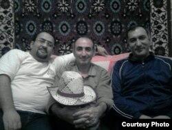 Cəlil Cavanşir (solda) yazar dostları Murad Köhnəqala (ortada) və Şərif Ağayarla