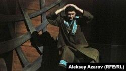 Спектакль представлен как рассказ легенды. В роли рассказчика — актер Бауыржан Наурызбайулы. Алматы. 16 сентября 2015 года.