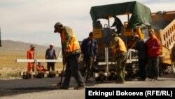 Бишкек – Нарын – Торугарт жолун оңдоп жаткан кытайлык жумушчулар