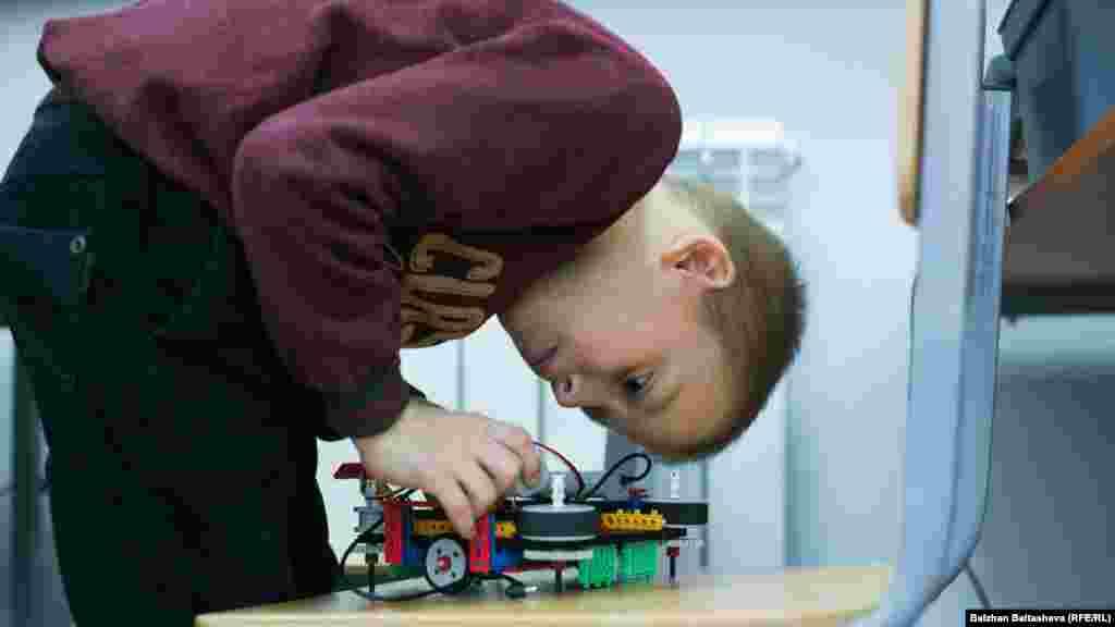 Оқушылар сабақ сайын бір-екі нәрсе құрастырады. Сабақ соңында роботтарын сайыстырады.