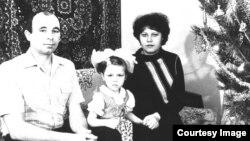 Тамара Рейсиг (в центре) со своими родителями в Казахстане. 1988 год.
