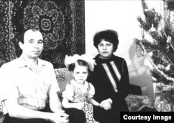 Тамара Рейсиг (ортада) ата-анасымен бірге. Қазақстан, 1988 жыл.