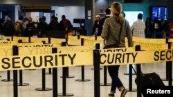 В пассажирском терминале аэропорта имени Кеннеди в Нью-Йорке. Иллюстративное фото.