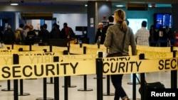 Зона проверки возможных заболевших лихорадкой Эбола пассажиров в аэропорту Кеннеди в Нью-Йорка.