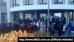 Протестувальники біля адміністрації Гірницького району Макіївки