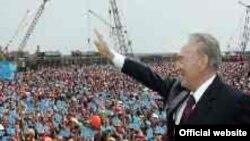 Нурсултан Назарбаев приветствует своих избирателей в год проведения президентских выборов 2005 года.