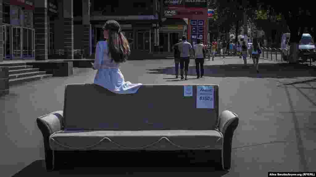 Также торговля процветает на улицах и у подземных переходов. Женщина раздает листовки в центре города, рекламируя мебельный магазин
