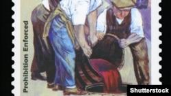 Трима души изхвърлят алкохол. Пощенска марка, отпечатана в САЩ по време на сухия режим.