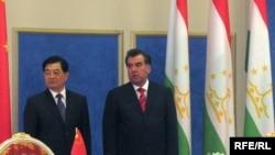 Президенты Таджикистана Эмомали Рахмон и Китая - Ху Цзиньтао на одной из официальных встреч в Душанбе.