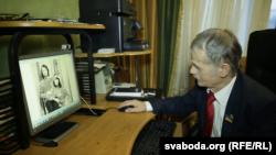 Мустафа Джемілєв переглядає фото із сімейного архіву