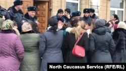 Полиция преградила вход в здание мэрии
