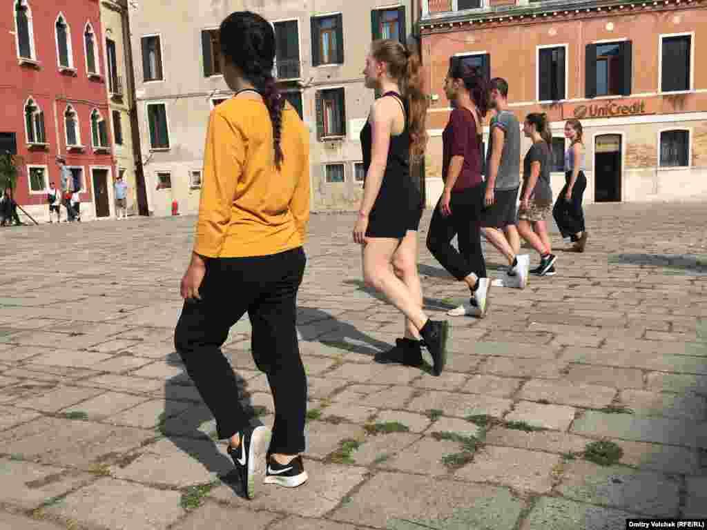 А это хореографическая постановка, призванная доказать, что простая ходьба по улице может стать танцем.