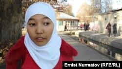Асия Замирбекова, жоолуктун айынан кодулоого кабылган окуучу кыздардын бири, Ош.
