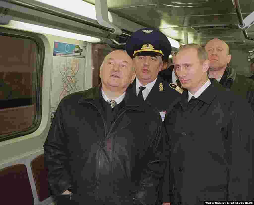 Президент Росії Володимир Путін (праворуч) та Юрій Лужков оглядають вагон під час відвідування нової станції метро на півдні Москви 12 грудня 2001 року
