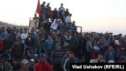 """Протест против деятельности золотодобывающей компании """"Кумтор"""". Иссык-Куль, 31 мая 2013 года."""