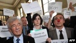 الی ویزل (چپ)، در صف مقدم معترضان به سخنرانی محمود احمدینژاد در ژنو سوئیس در ماه آوریل گذشته