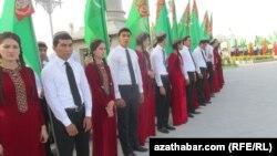Сбуденты на офицальном мероприятии в честь государственного праздника Дня дыни, Ашхабад.