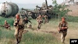 Российский спецназ входит в чеченское село, май 1996 года