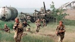Российские военнослужащие входят в Чечню. Май, 1996 г.