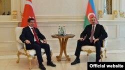 Премьер-министр Турции Ахмет Давутоглу (слева) и президент Азербайджана Ильхам Алиев. Баку, 3 декабря 2015 года.