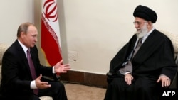 Володимир Путін (Л) і Аятола Алі Хаменеї