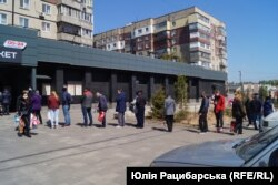 Черга перед магазином на житломасиві Сокіл, Дніпро, 18 квітня 2020