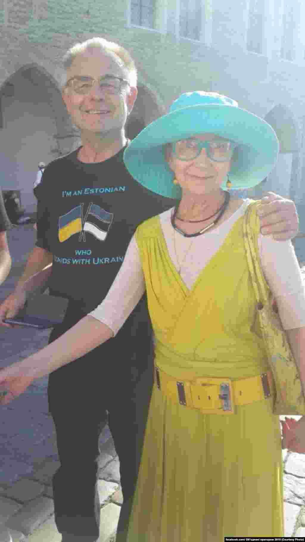 І їде до Таллінна, де на нього вже зачекалисяукраїнці Естонії, представник посольства України в Естонії, а також волонтери, які вже п'ятий рік підтримують Україну в боротьбі за незалежність, MTU Support Ukraine та MTU Vaba Ukraina. Вони залишили свої побажання та підписи захисникам України