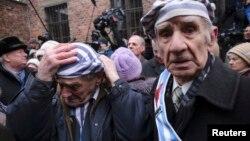 Polşadakı keçmiş nasist düşərgəsindən sağ çıxanlar orada keçirilən yadetmə mərasimində iştirak edirlər (Foto arxivdəndir)