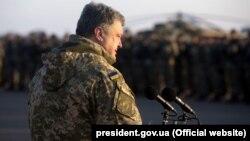 Президент Украины Петр Порошенко выступает перед военными.