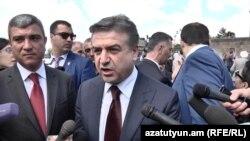 Премьер-министр Карен Карапетян беседует с журналистами (архив)