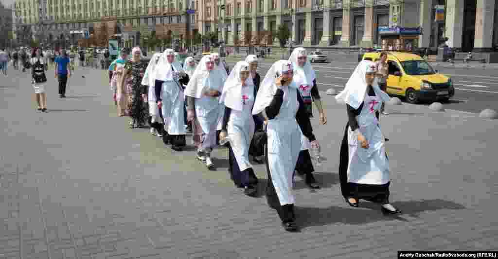 Черниці прямують Хрещатиком на молебень УПЦ (МП) на Володимирській гірці