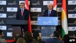 وزير الطاقة التركي تنر يلدز ووزير الثروات الطبيعية في حكومة إقليم كردستان العراق آشتي هورامي يتحدثان في مؤتمر صحفي بأربيل
